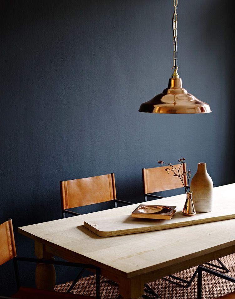 Mooi kleur muur in combinatie met koper en cognac   Woonkamer ...