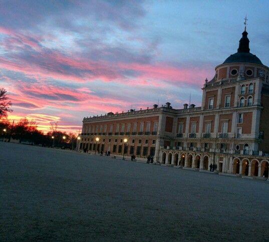 Vista De La Fachada De El Palacio Real De Aranjuez En Un Atardecer Imagen Tomada Desde La Plaza De Armas Plaza De Armas Vistas Palacios