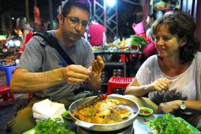 Du khách thưởng thức món ăn đường phố Việt Nam