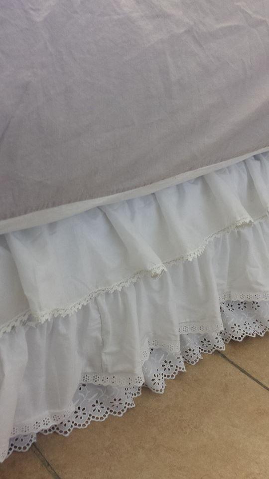 cache sommier voile de coton et broderie anglaise pour un lit en 90 140 cm ou 160 cm http. Black Bedroom Furniture Sets. Home Design Ideas