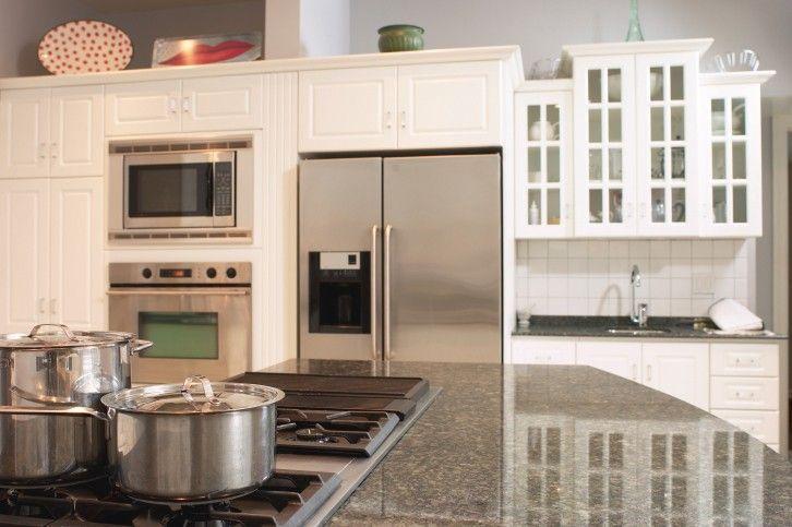 Weiße Küche mit großen Granitinsel Top (mit Kaminofen) Tolle
