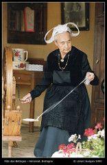 Battages Hnansal 1999 - 60 - fileuse et son rouet - photo Lnac Gugan (Castin des Caps) Tags: bretagne 1999 rouet ftedesbattages hnansal fileuse vieuxmtiers lnacgugan
