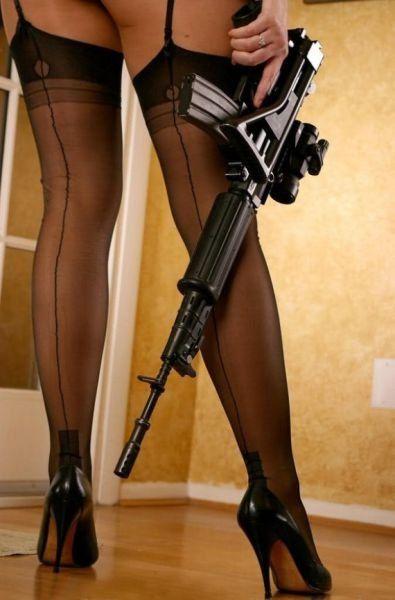 Большим фото сексуальных девушек с оружием попке фотки