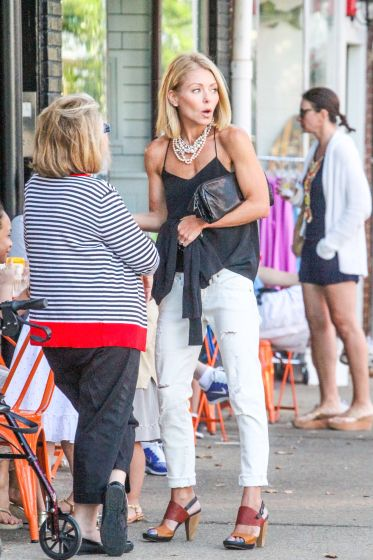 Kelly Ripa Dines Out At Lt Burgers In Sag Harbor In 2019