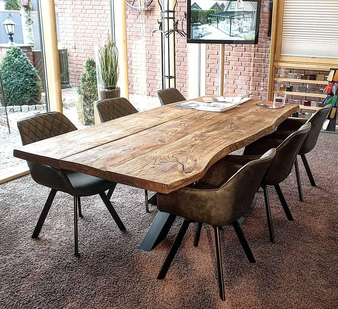 Massiver Esstisch aus Eiche mit natürlicher Baumkante im Loftdesign