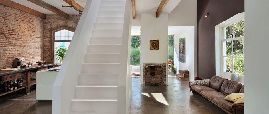 Offene Wohnküche mit Ziegelsteinen und Steinboden Treppen - offene wohnkchen