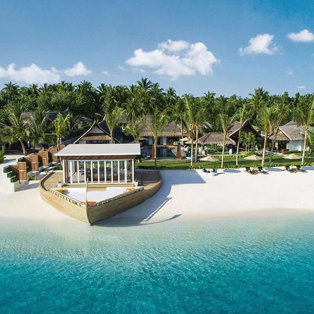 The highlight of Jumeirah Vittaveli's new Royal Residence has to be the dhoni-shaped deck that houses the villa's private restaurant. Opened at the Maldivian resort on March 30, the residence also features two swimming pools, a private beach, a formal dining room, and five suites. ➡️ From Robb Report editorial director @robbtravelbruce. . . . @jumeirahgroup @jumeirahvittaveli #maldives #privateisland #beachvilla #luxuryresort #luxurytravel #beautifuldestinations #dhoni