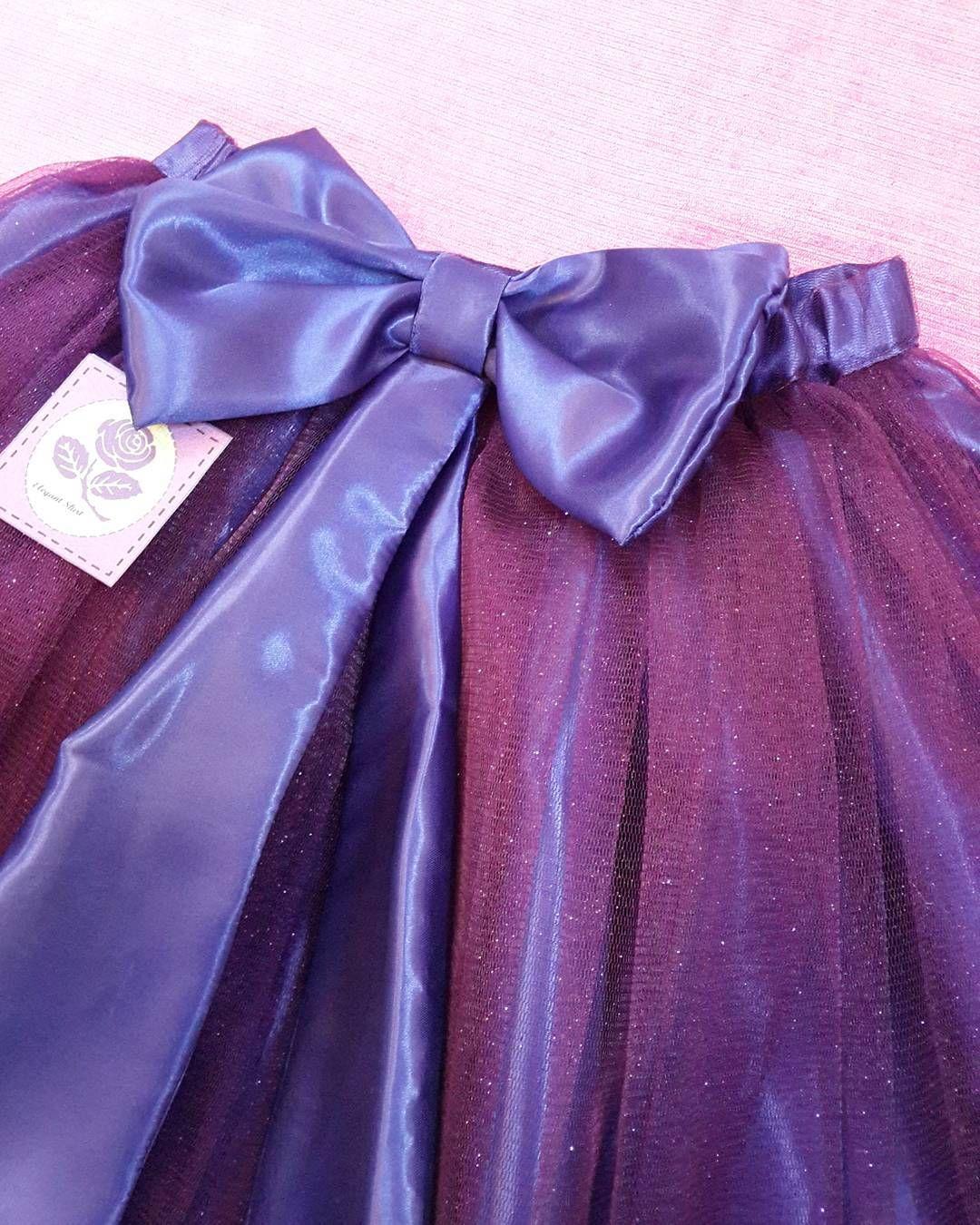 تنورة الأميرات التنورة ببطانة كحلية و عليها تل لونه بنفسجي غامق بلمعة والفيونكة تكون من الخلف التنورة من تفصيلنا وتصميمنا تفصيلي زواج Insta