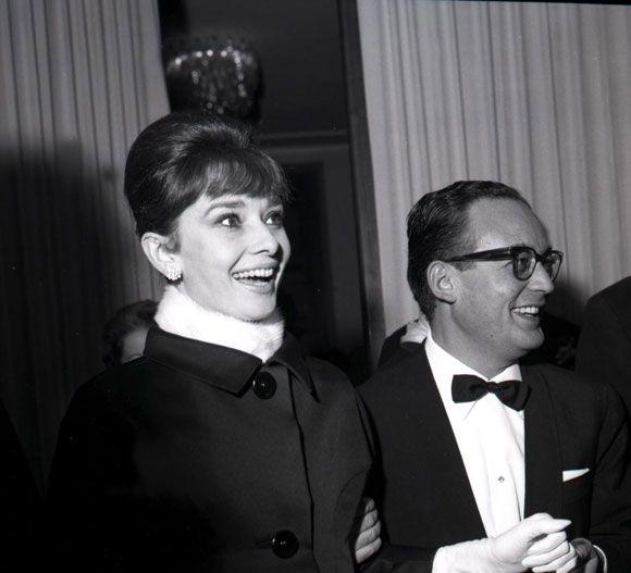 """Audrey Hepburn en 1961 con el productor de cine Dino De Laurentis, durante el debut de la película """"Barrabás"""" en Italia."""