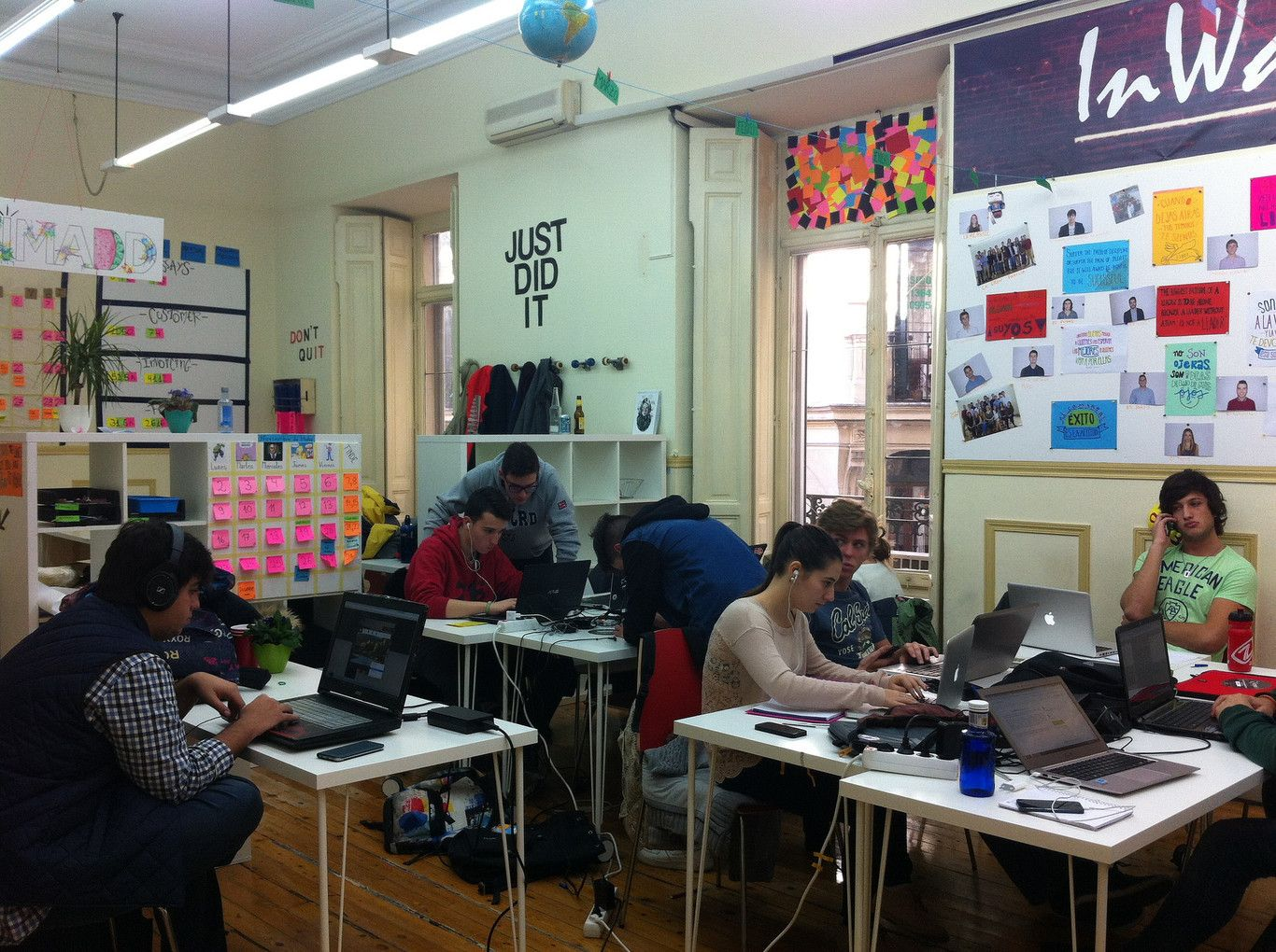 """la propuesta de TeamLabs, un centro de educación que se define a sí mismo como """"laboratorio de aprendizaje radical"""" en el que las fronteras entre lo académico y lo profesional -aseguran- se difuminan. """"Aquí no se estudia y luego se trabaja o al revés."""