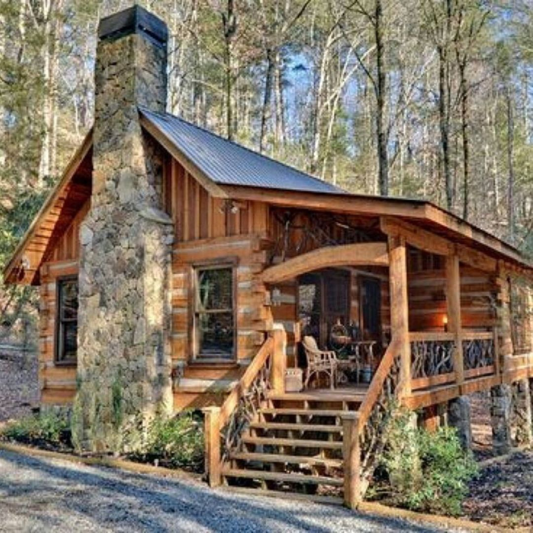 30 Comfortable Small Log Home Design Ideas For Best Inspirations In 2020 Small Log Homes Small Log Cabin House In The Woods