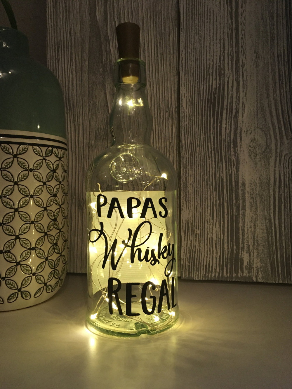 Whiskyflasche Mit Beleuchtung Papas Whisky Regal Led Leuchte Leuchtflasche Bottlelight Lichterkette Geschenk Flaschenlicht Vodka Bottle Titos Vodka Whisky
