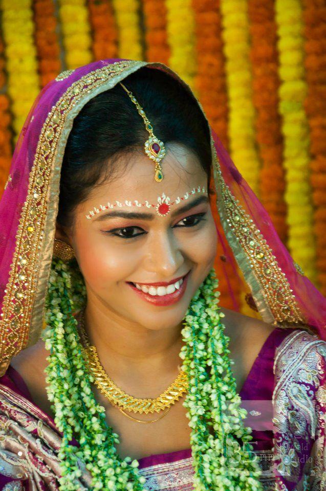 Chandan On The Forehead Of A Bengali Bride Courtesy 35 Mm World Studio Bengali Bride Bengali Wedding Hindu Wedding