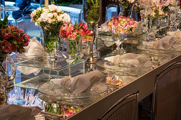 Espelhos, cristais e acrílico marcam esta decoração contemporânea deste casamento assinada por Cenográphia na Casa Petra. Vem ver mais fotos!