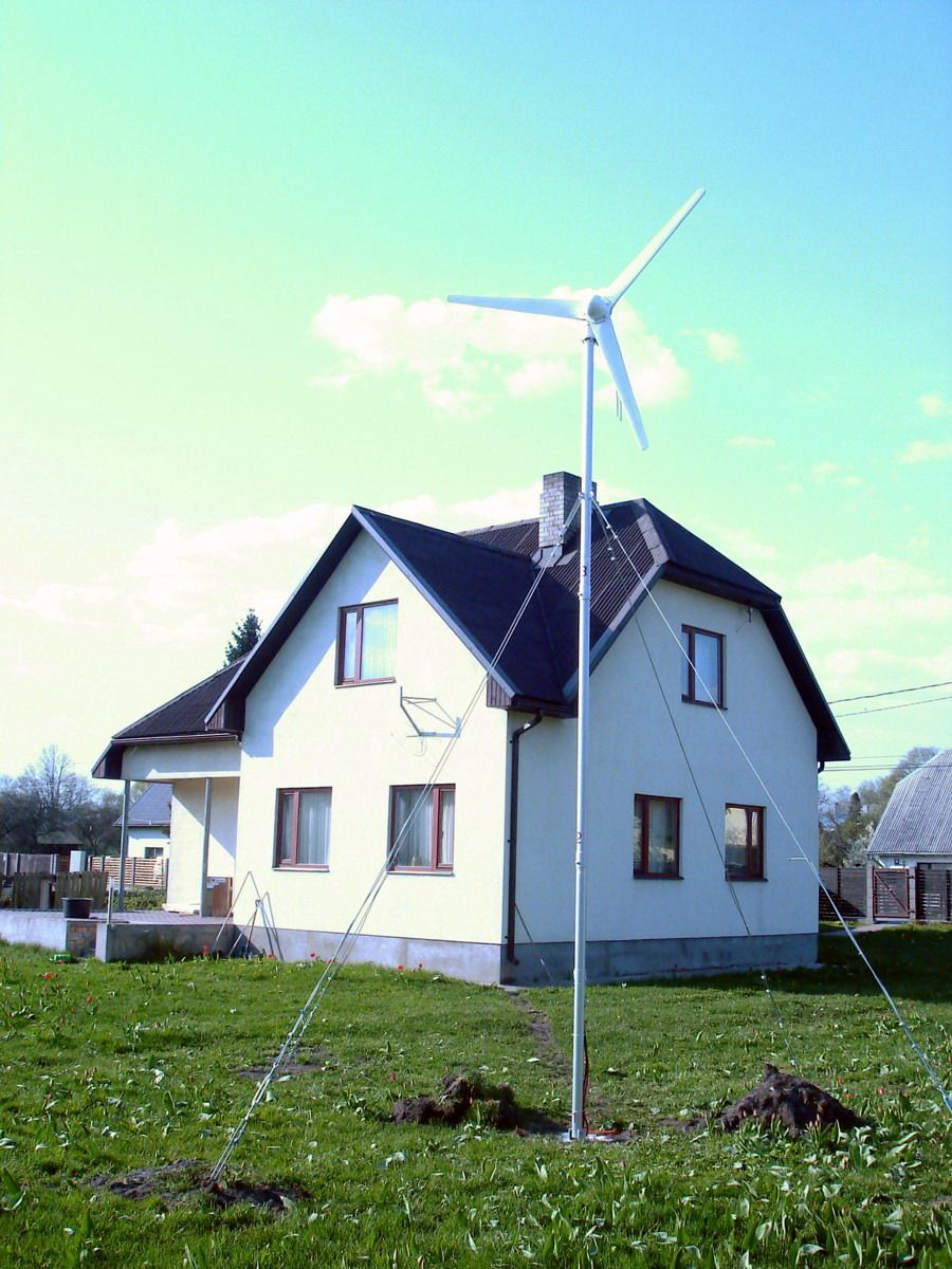 Incroyable Home (small) Wind Turbine Installed In The Backyard