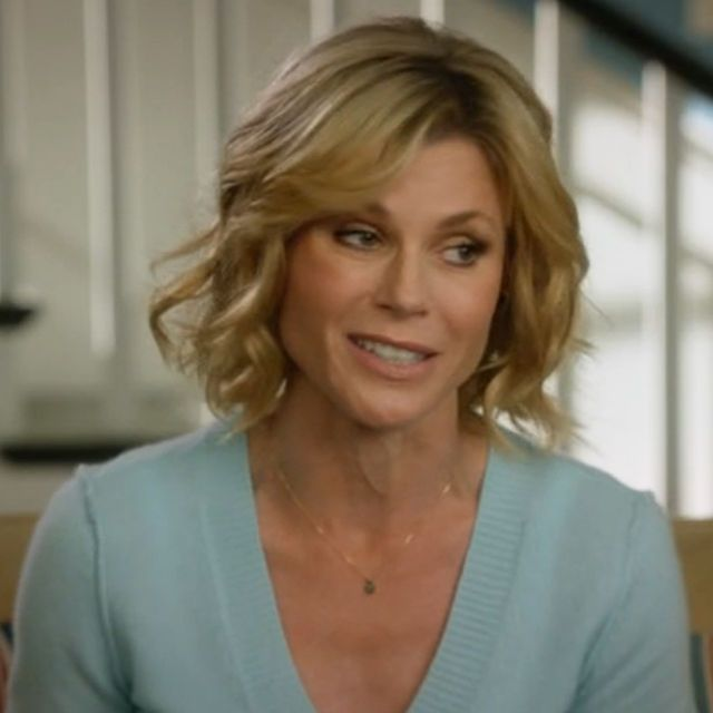 Claire Dunphy Hairstyle Claire Dunphy S Sweaters Featured In Modern Family Season 6 Episode 21 Julie Bowen Hair Modern Haircuts Mom Hairstyles