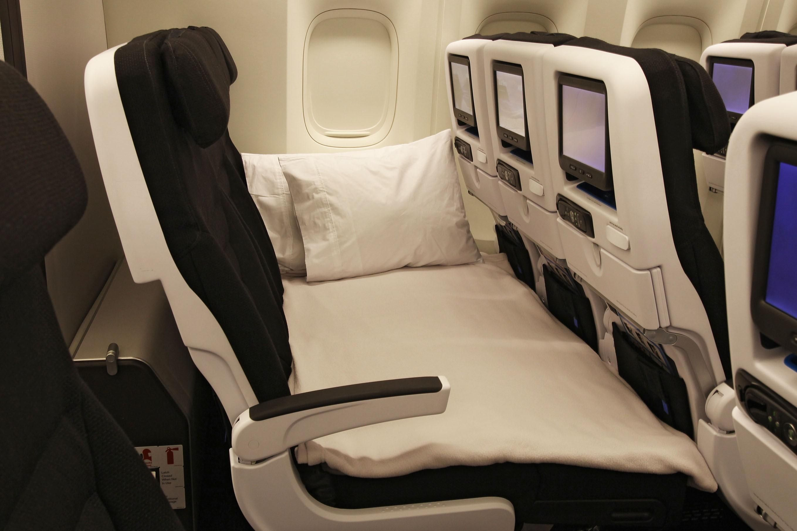 Air New Zealand 777 200 300 Er Economy Skycouch With Images