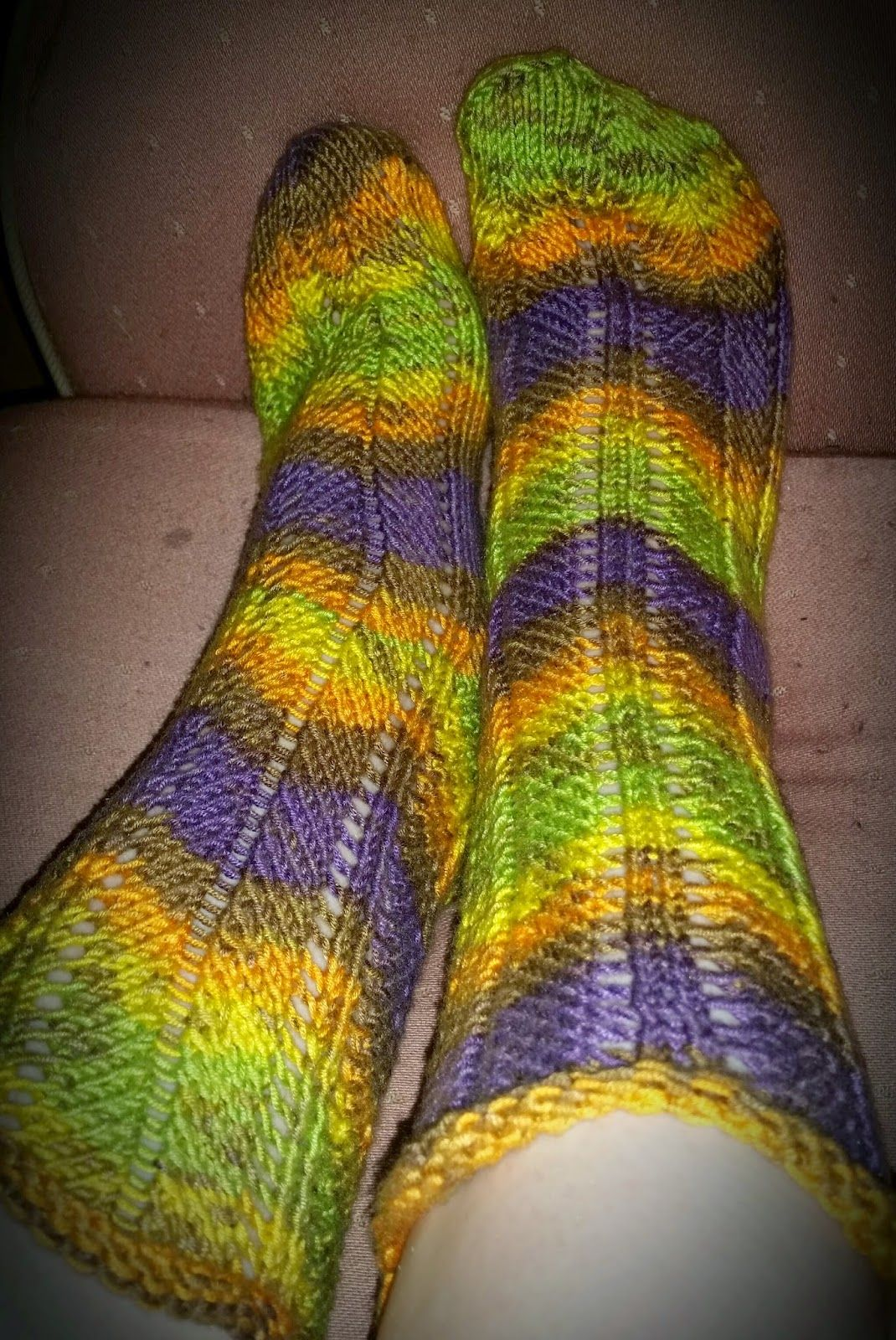 Pakkoneuloosia lankojen, kissan ja miehen keskellä.: Novitan puro batikista polvekeraita sukat :)