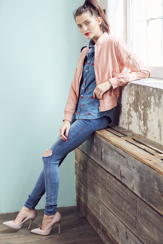 COOL DENIM STYLE. @aboutyoude Idol Fata Hasanovic in ihren Denim-Look mit rosafarbenen Akzenten wie HighHeels und Bomberjacke. Jetzt ihre liebsten Looks in ihrem Shop bei ABOUT YOU unter www.aboutyou.de/fata-hasanovic