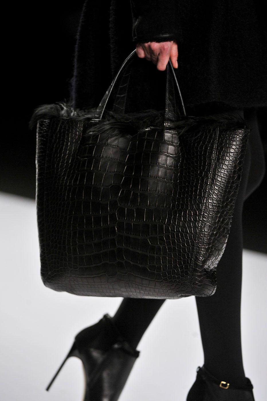 202a6605b88e Большие сумки женские: виды, где купить, с чем сочетать? Выяснить помогут  опытные стилисты, которые держат руку на пульсе модных тенденций 2018 года.