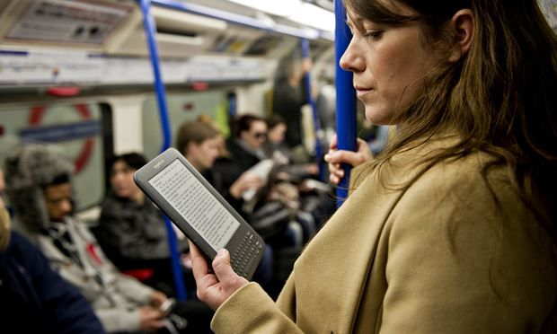 Resultado de imagem para Kindle reading in the subway