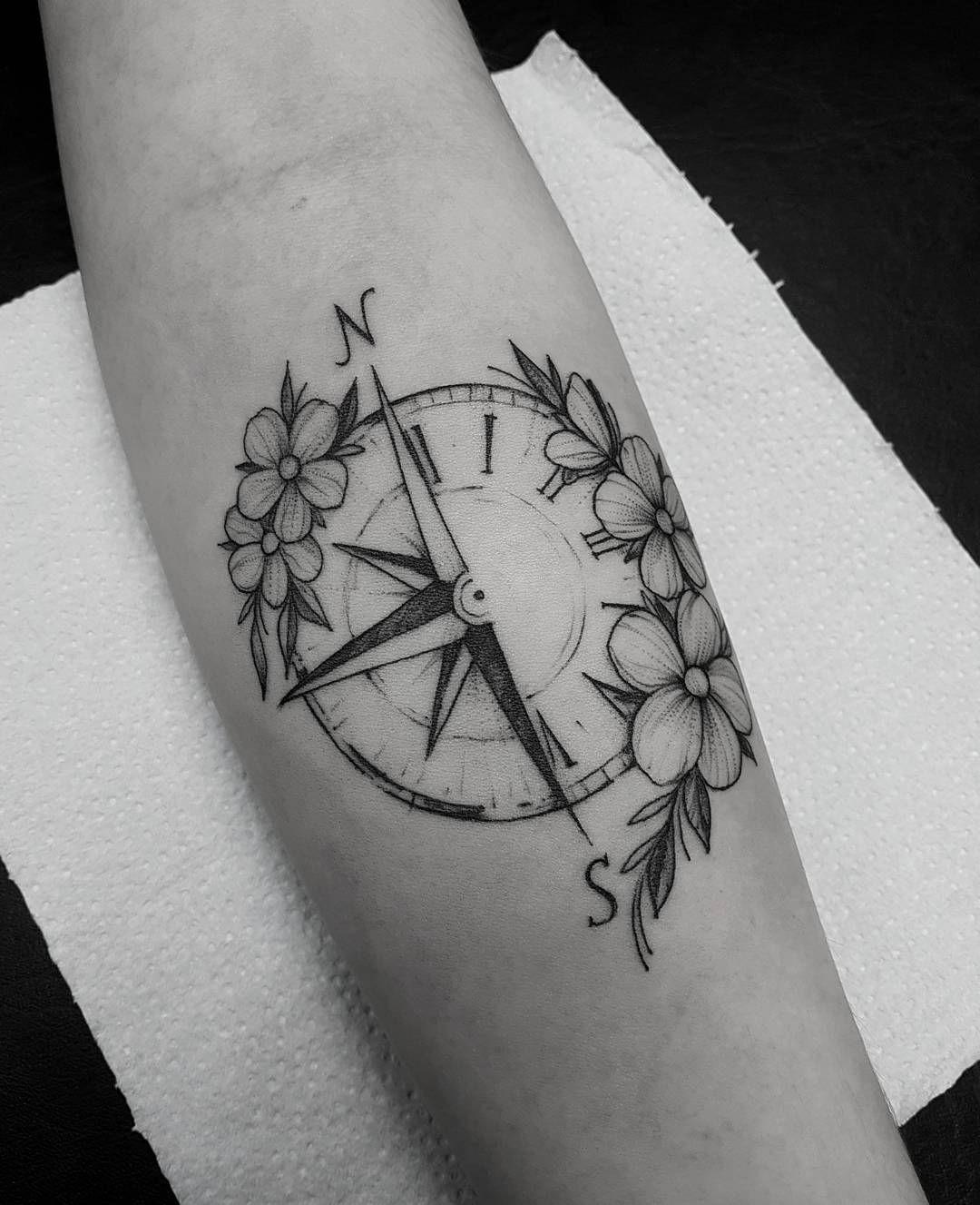 Tatuagem criada por Marquinho André de Porto Alegre.  Bússola com flores de contorno.