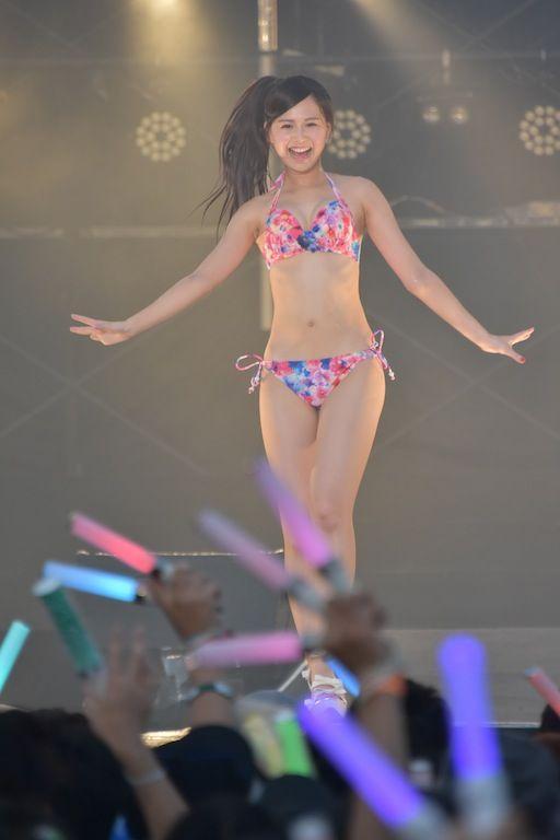 ライブで水着姿の松井玲奈さん