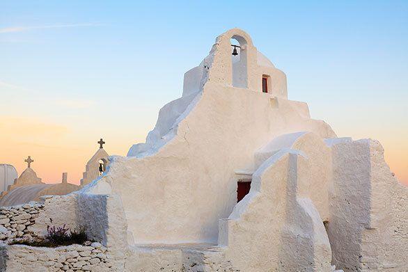 ミコノス島に立つ白く美しい教会は 雪が降り積もってできたかのよう|今日の絶景 365日、ヴァーチャルな旅へ|CREA WEB(クレア ウェブ)