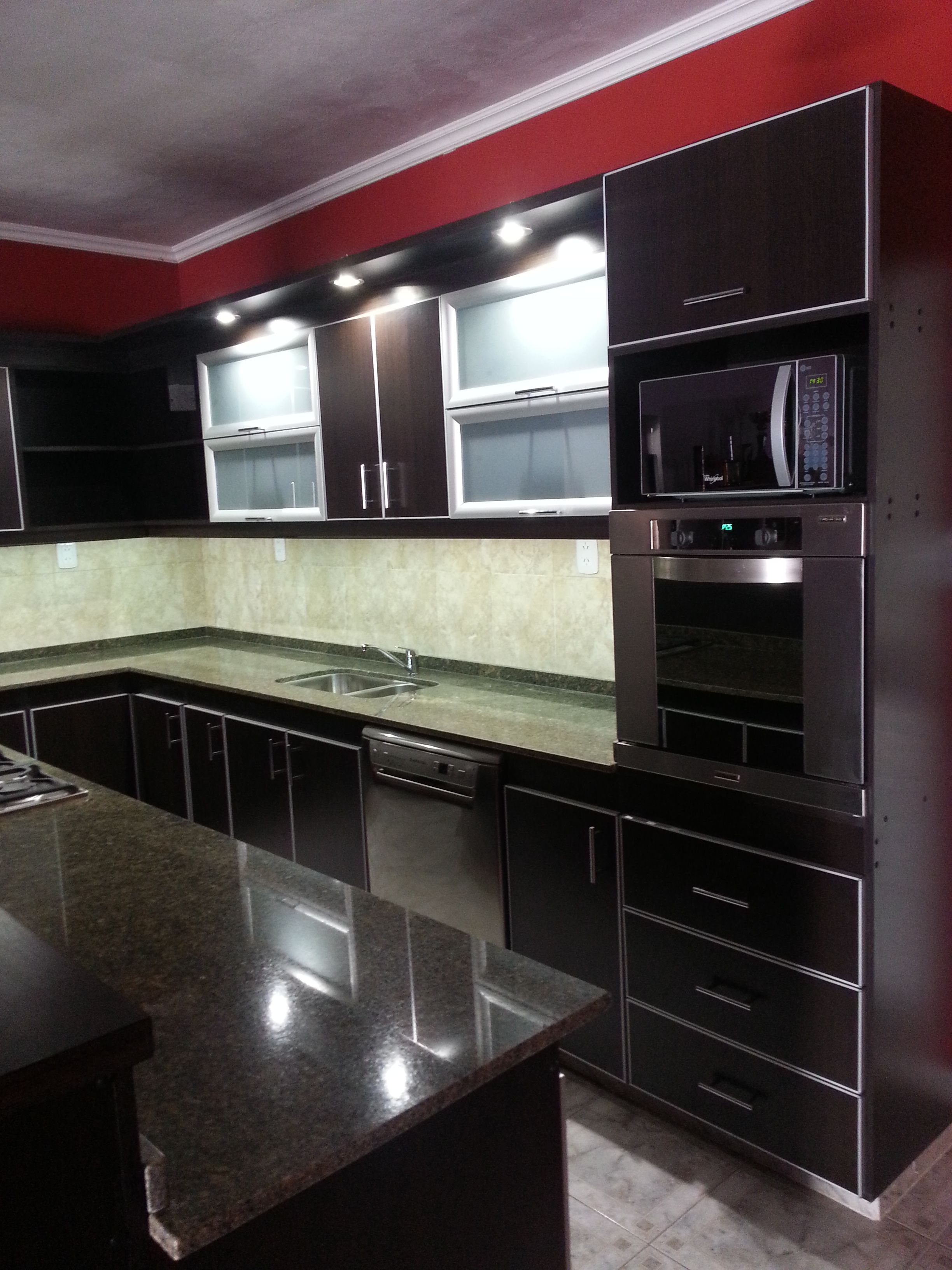 Muebles realizados en mdf color roble moro con for Hornos para cocinas pequenas