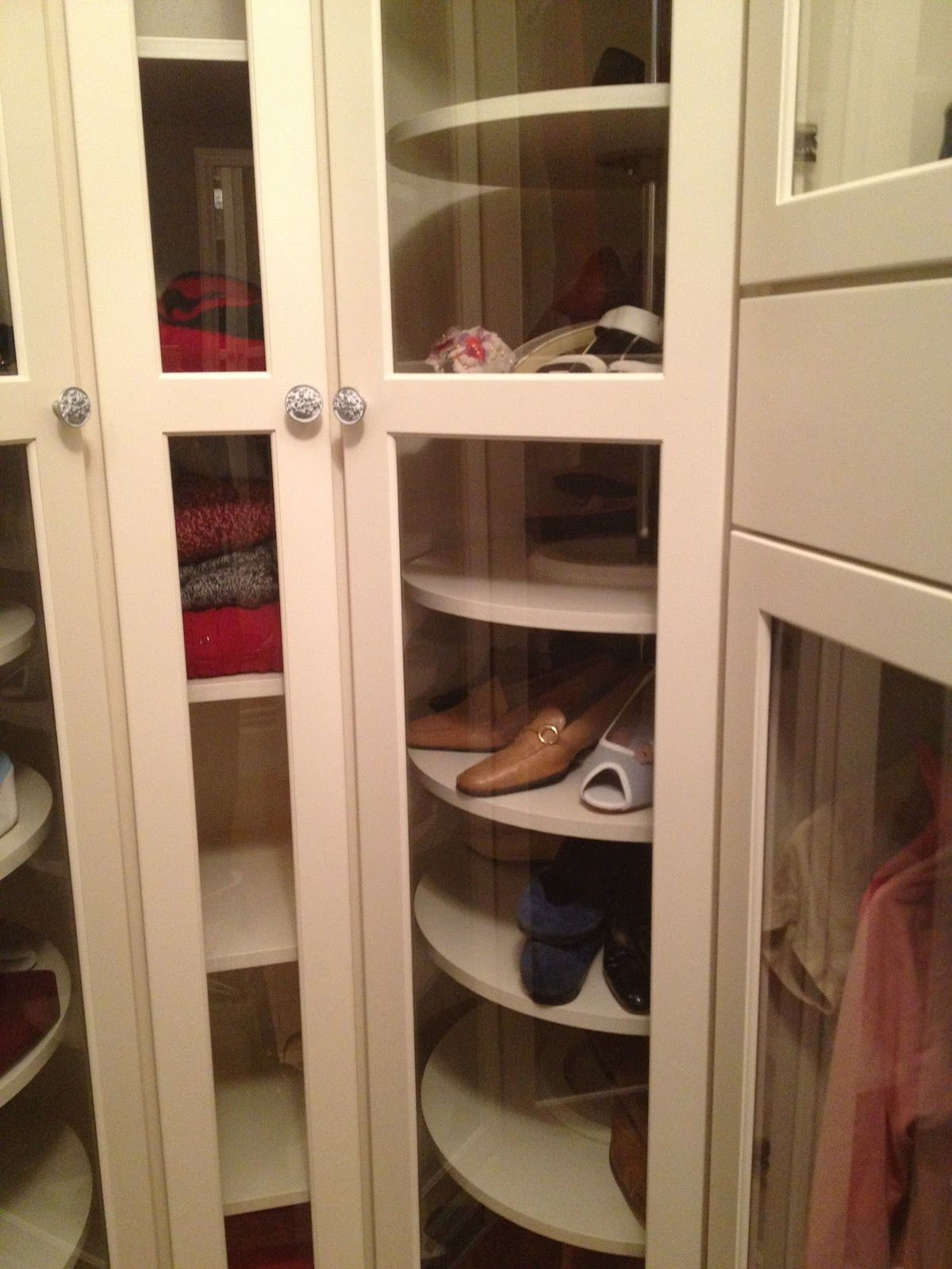 Incroyable Lazy Susan In The Closet For Shoes And Purses.   GENIUS.