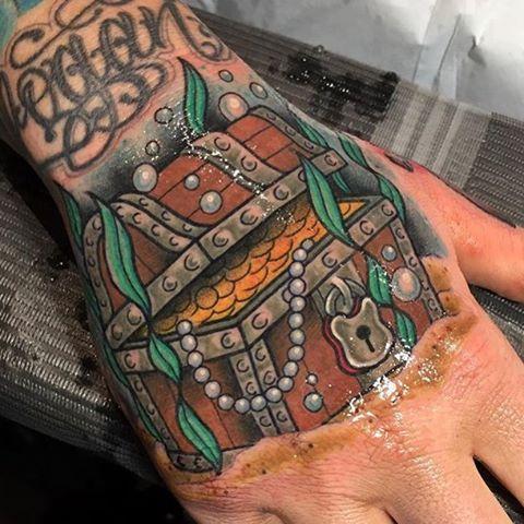 Embrace Your Inner Pirate With These 15 Treasure Chest Tattoos Tatuagem Pirata Tatuagem Braco Tatuagem Tradicional