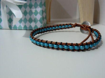 Bracelet, tressé, wrap, pour homme, lien de cuir et perles métalliques turquoise .
