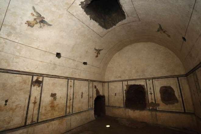 interior of pyramid of cestius | Frescoed burial chamber inside the ...