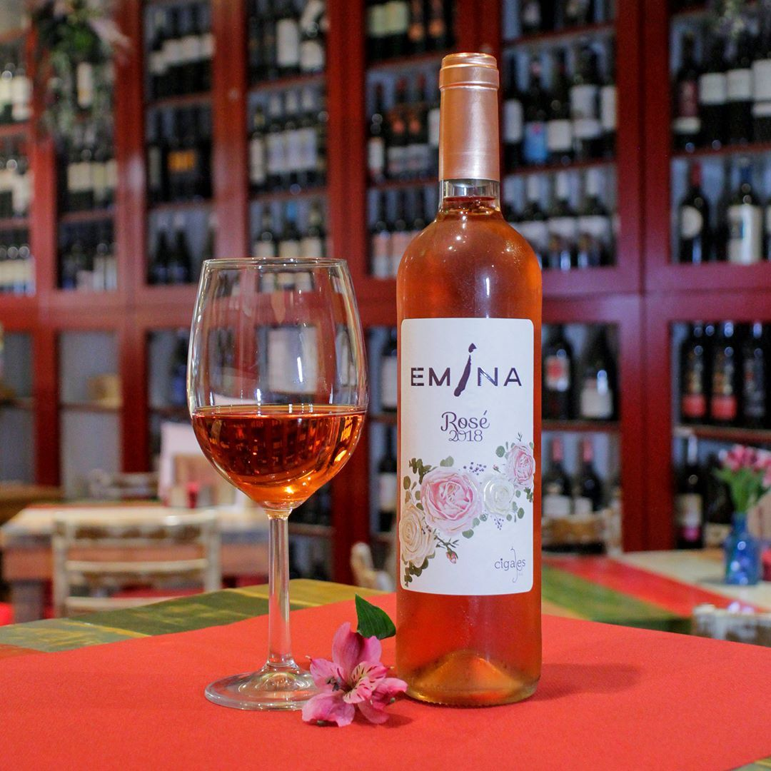 Disfruta De Un Buen Vino Y De Los Beneficios Que Este Aporta A La Salud Vino Wine Madrid Spain Travel Winelove Wine Bottle Rose Wine Bottle Rose Wine