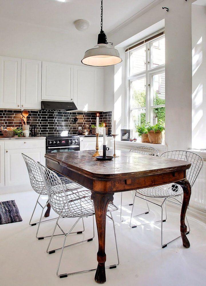 Starožitný jedálenský stôl v modernej kuchyni.
