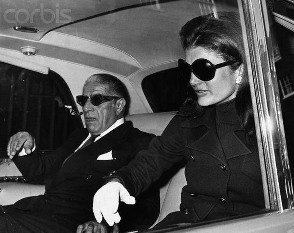 Während ihrer zweiten Ehe mit dem griechischen Reeder Aristoteles Onassis verliehen ihr die Medien den Spitznamen Jackie O.