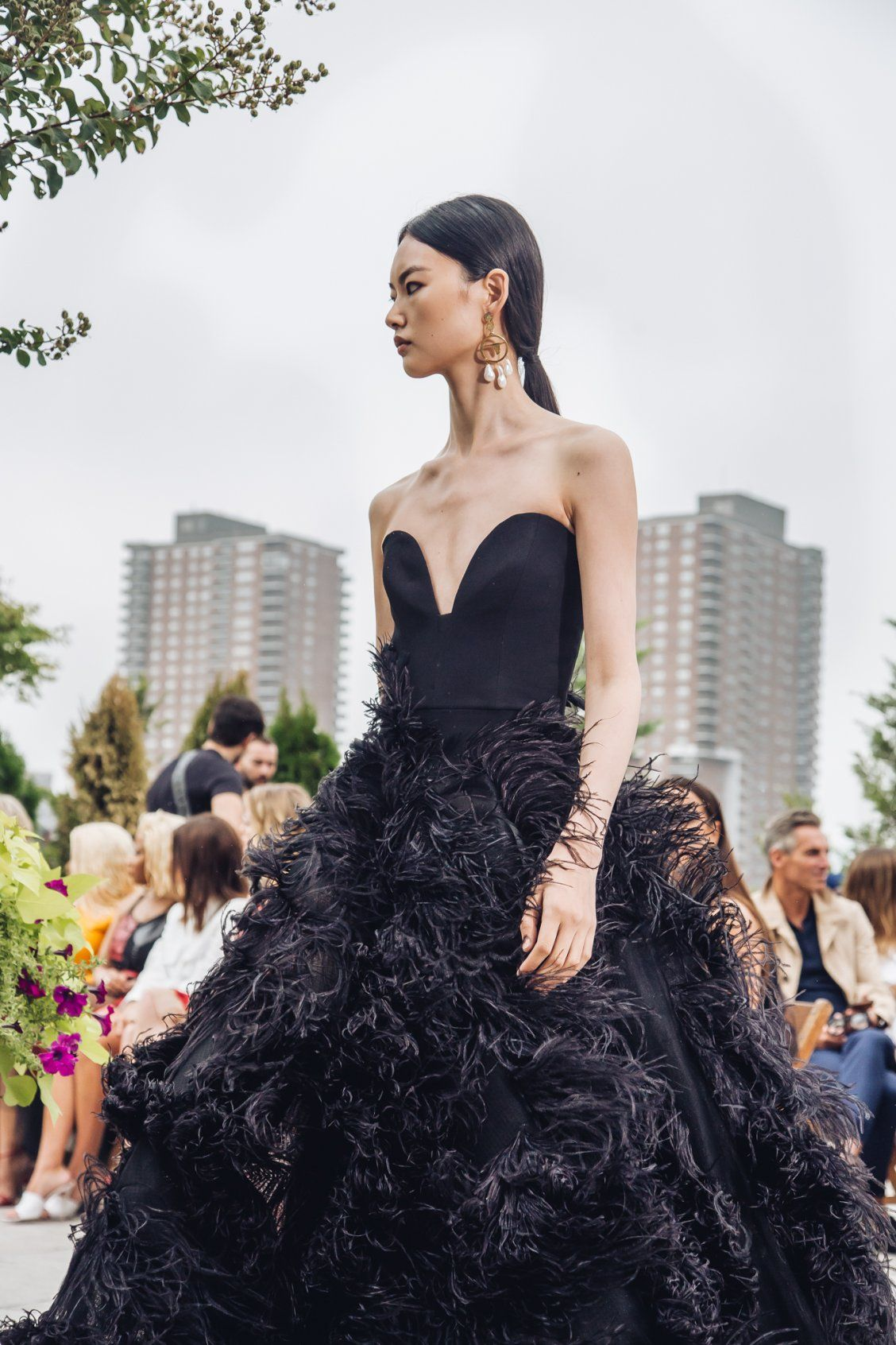 Model De Dressing Black Feather Embellished Strapless Gown By Oscar De La Renta