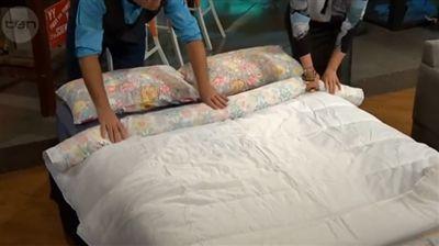 L incroyable astuce pour enfiler votre couette dans vos draps de lit en une minute seulement - Astuce pour mettre une housse de couette ...