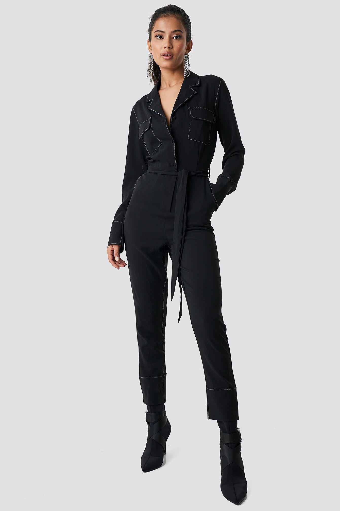 558f31d44ab4 This jumpsuit by Hanna Friberg x NA-KD features a lapel neckline, a self