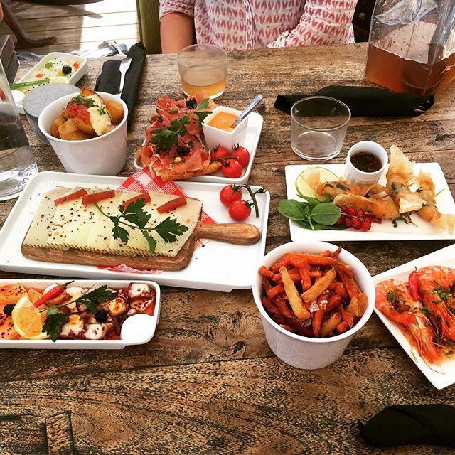 Dimanche, jour sacré (surtout pour le déjeuner) 😛  .  .  .  #lunch #food #restaurant #enjoyyourmeal #dejeuner #lepoulpe #goodfood #tapas #cocktails #miam #apreslasieste #beachday #àlaplage #dimanche #sunday #onseregale #goodlife