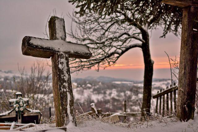 old wooden cross cemetery fotografii de Marius Podină