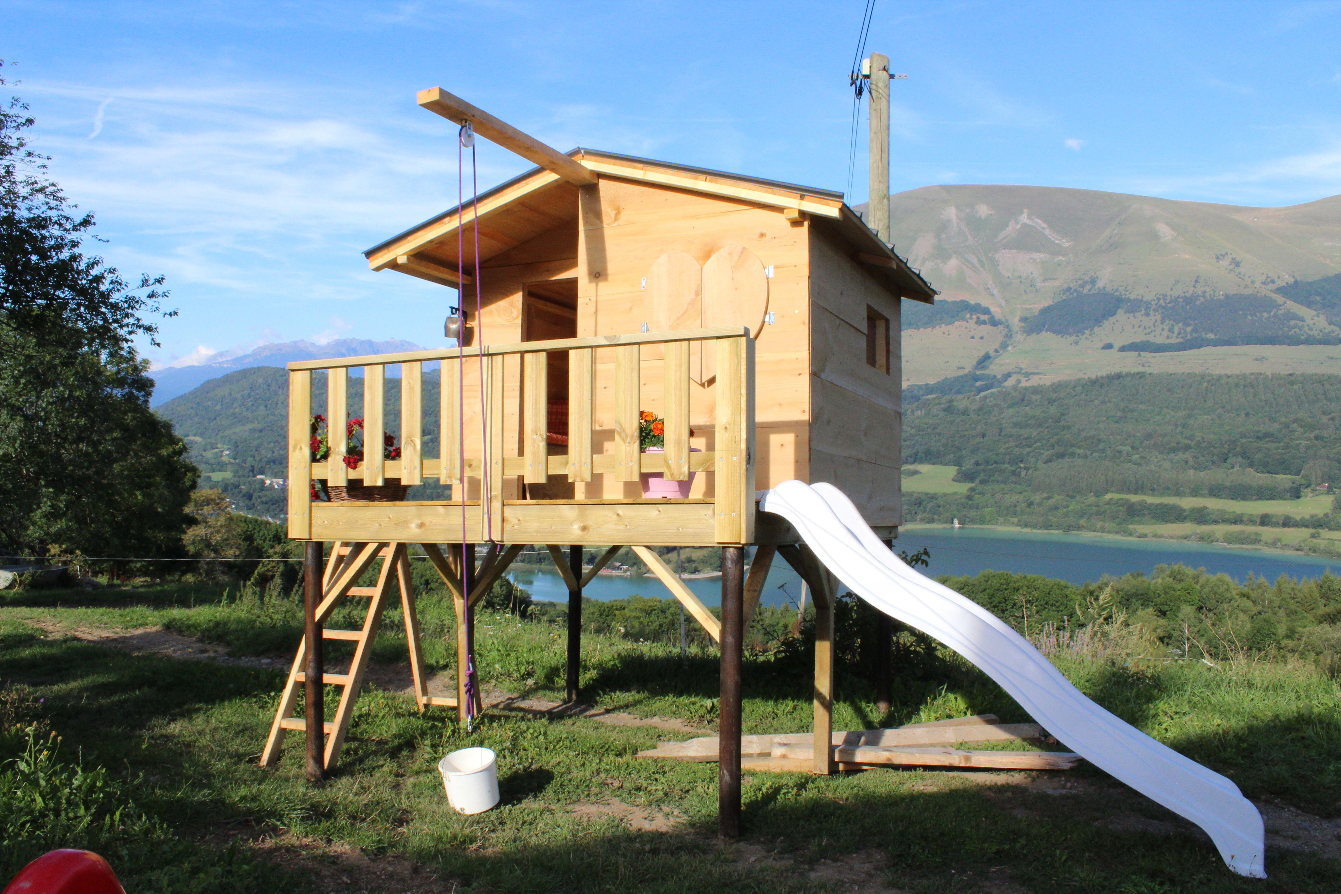 cabane pour enfant sur pilotis avec toboggan poulie monte charge int rieur avec petite. Black Bedroom Furniture Sets. Home Design Ideas