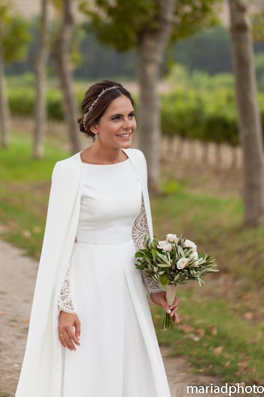 Beautiful cape for cool weather wedding – #Beautiful #cape #cool #Weather #weddi… – Braut, Brautkleider, Brautschuhe, Brauthaar, Braut Make-up