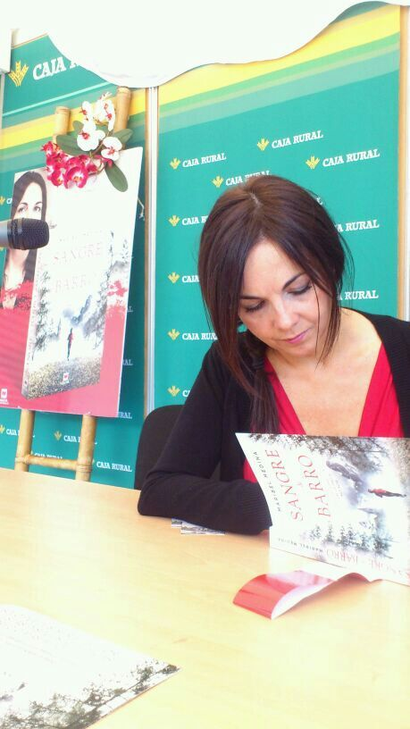 Maribel Medina firmando en la Feria del Libro de Pamplona 2014