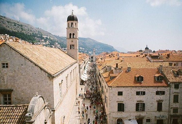 freepeople sur Instagram: Traveling among the roof tops.  @alimitton @livefast_mag #TravelTuesday #Dubrovnik
