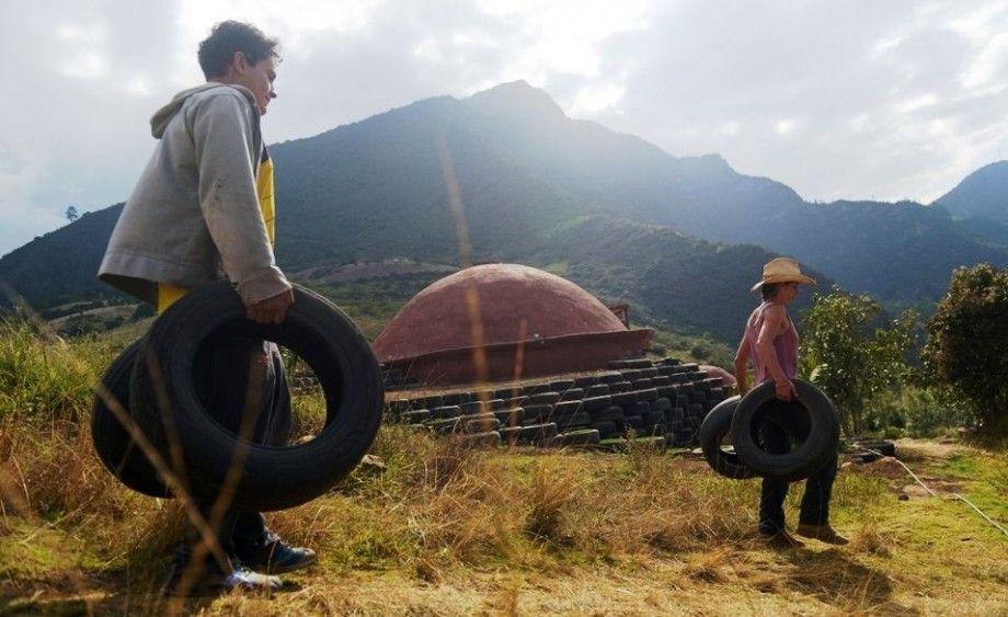 de simples pneus, ils ont construit une étonnante maison igloo !