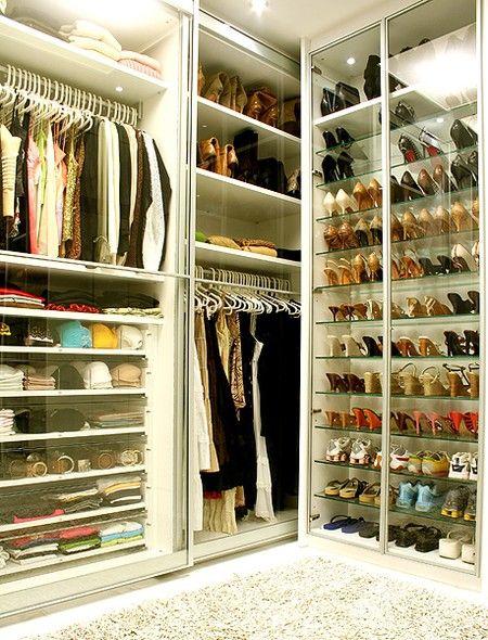 2034d738f6 O closet projetado pela designer de interiores Jóia Bérgamo é forrado de  vidro. Assim