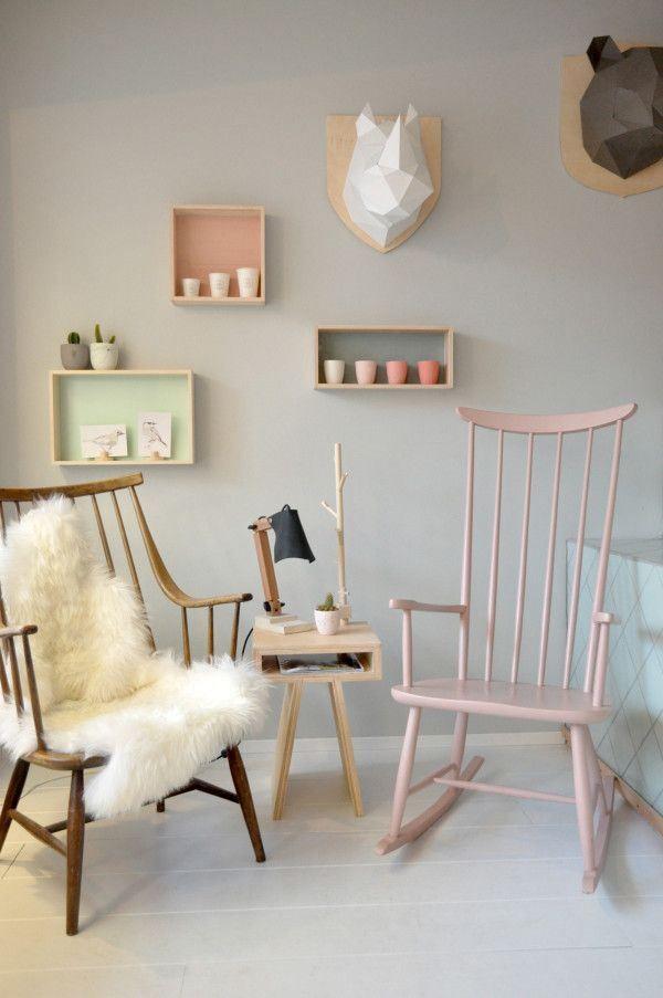 Mecedora, estantes abiertos y une mesa lateral y ya conseguiste el estilo moderno de moda