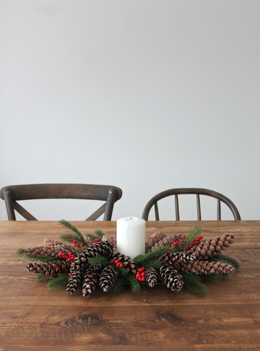 """An easy 5 minute DIY Christmas centerpiece tutorial for beginners. Learn how to arrange """"flowers"""" without effort!"""