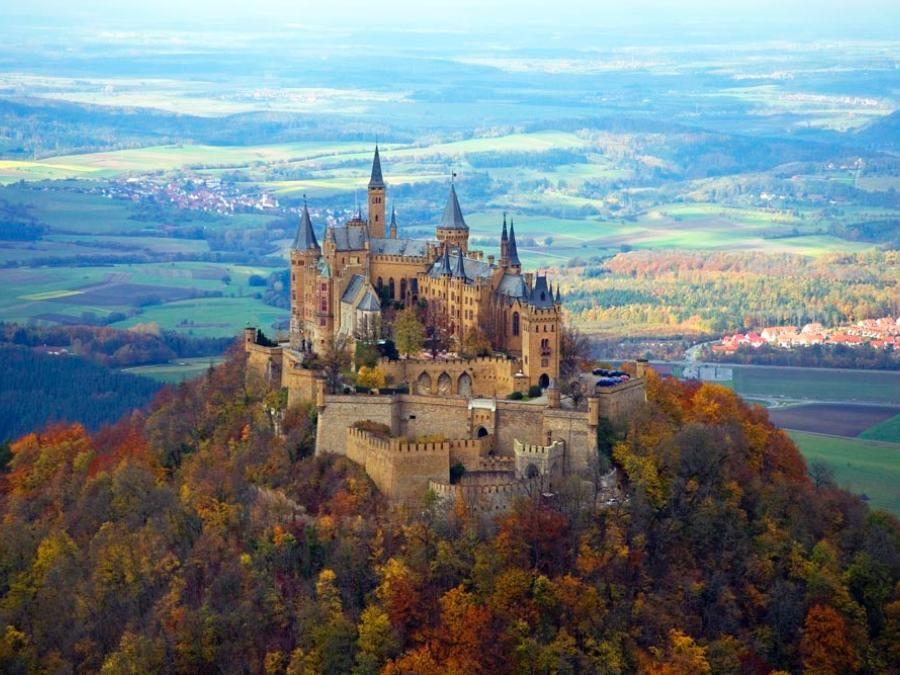 Die Burg Hohenzollern The Ancestral Seat Of The Family Dynasty Is Situated At The Periphery Schwarzwald Deutschland Deutschland Burgen Schloss Neuschwanstein